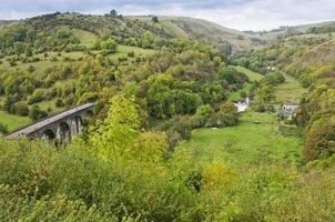 Exuberantes montañas verdes, colinas del campo en Inglaterra, Europa