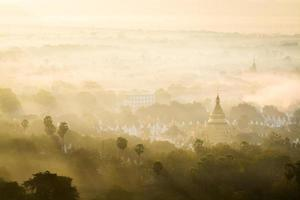 pagoda en la niebla