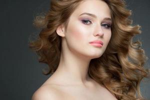 chica con maquillaje y peinado foto