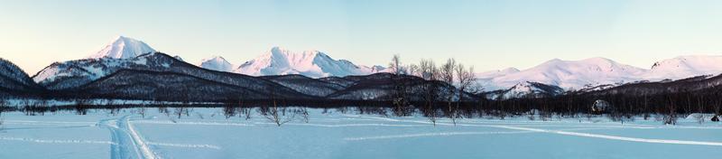 amanecer sobre el parque natural de nalychevo y el volcán koryaksky
