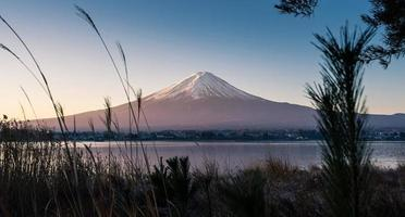 belleza del monte fuji desde la vista del lago kawaguchi foto