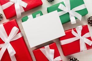 maqueta de tarjeta de navidad en regalos foto