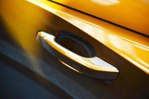 palanca de la puerta del vehículo amarillo