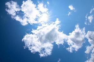 cielo azul y nubes