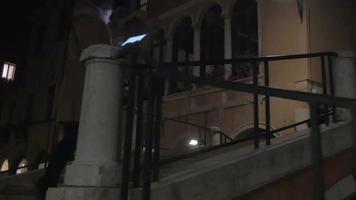 mulher com almofada andando em passagens estreitas à noite video