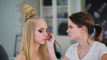 portret van aantrekkelijke, frisse blondines. het is het topmodel, ze maakte een spectaculaire make-up voor een fotoshoot, of het podium video