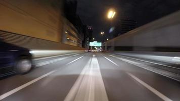 Passeio com lapso de tempo de 4k pela rodovia metropolitana de Tóquio.