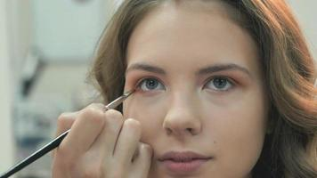 professionele make-up voor de bruinharige bruid video