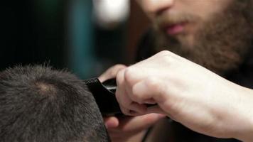 Hombre brutal barbudo en una peluquería video