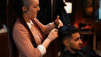 uomo attraente dal barbiere video