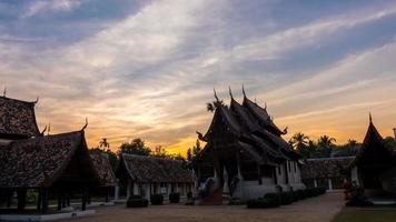 lapso de tempo - crepúsculo em wat ton kain, antigo templo de madeira em chiang mai tailândia, eles são de domínio público ou tesouro do budismo.