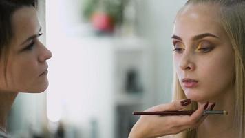 retrato de uma loira atraente e fresca. é a top model, ela fez uma maquiagem espetacular para uma sessão de fotos, ou o pódio