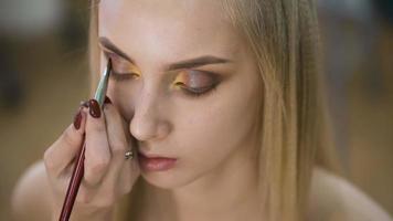 Porträt einer attraktiven, frischen Blondine. es ist das Topmodel, sie hat ein spektakuläres Make-up für ein Fotoshooting oder das Podium gemacht