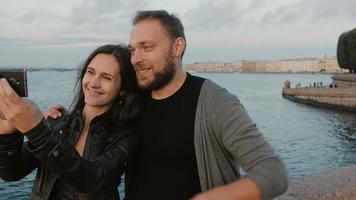 schönes junges Paar, das selfie auf dem Hintergrund des Flusses und der Stadt nimmt. st. Petersburg. fullhd