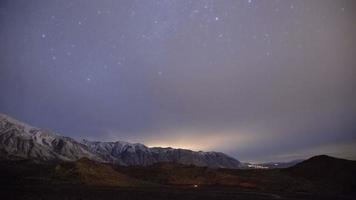 Zeitraffer - Zeitraffer - Milchstraßengalaxie über der schneebedeckten Bergkette