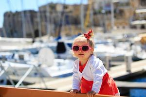 menina bonitinha viajando no porto