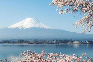 monte. fuji en el lago kawaguchi foto