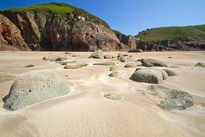 Formación rocosa en Greve de Lecq Beach, Jersey, Reino Unido