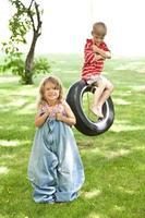 linda garota e garoto brincando lá fora