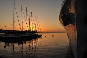 puesta de sol en el puerto marítimo foto