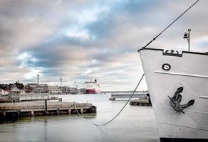 barco anclado en un puerto