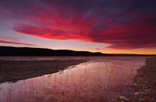 puesta de sol sobre el lago burralow foto