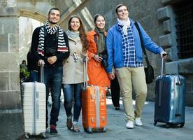 turistas con equipaje caminando por la calle