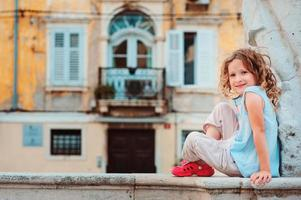 menina criança ourista caminhando nas ruas de Piran, Eslovênia