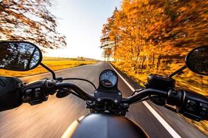 la vista sobre el manillar de la motocicleta