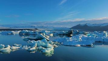 grandes icebergs à deriva e derretendo