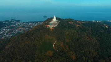 Antenne: Fliegen nach Big Buddha.