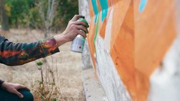 artista de graffiti dibujo en la pared video