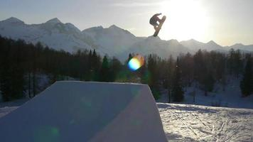 snowboarder pulando um kicker no parque de neve video