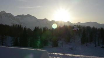 Freestyle-Skifahrer springen über einen Kicker im Snowpark