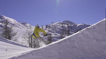câmera lenta: o snowboarder pula no ar