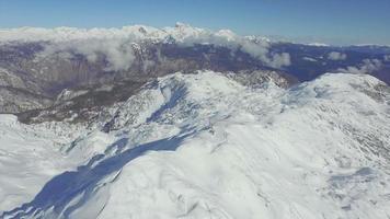 aérea: pistas de esqui em grandes montanhas nevadas