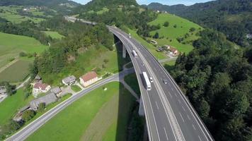 große Autobahnstraßenbrücke in einer Natur