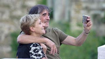 Ehepaar im Urlaub macht ein Selfie