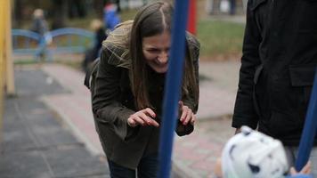 hermosa familia divirtiéndose en un parque infantil