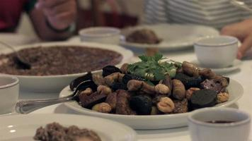 comida tradicional portuguesa e vinho video