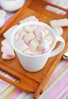 taza de chocolate caliente con malvaviscos foto