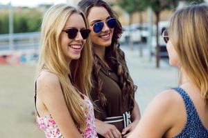 hermosas mujeres jóvenes en la calle.