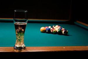 vaso de cerveza en la mesa de billar