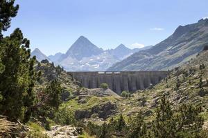 embalse en las montañas de los pirineos