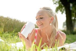 Junge Frau beim Picknick photo