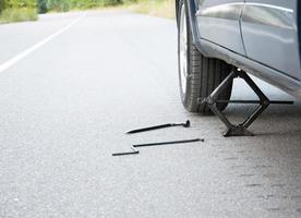 trocando a roda do carro na estrada