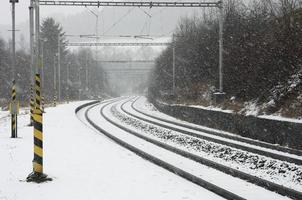 estação ferroviária checa no inverno durante uma tempestade de neve