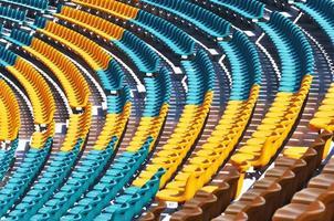 sillas de estadio vacías foto