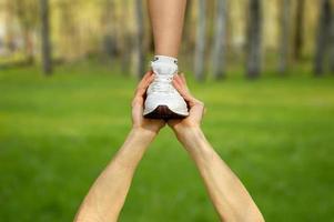 manos sosteniendo a una persona