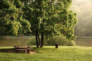 mesa en el parque lago en el fondo foto